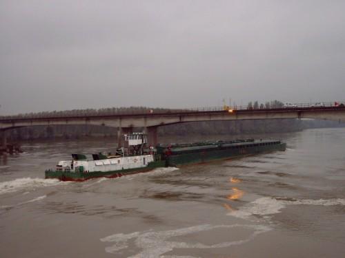Trasporto di gas GPL sul Po, in un momento di piena, presso il ponte di Viadana