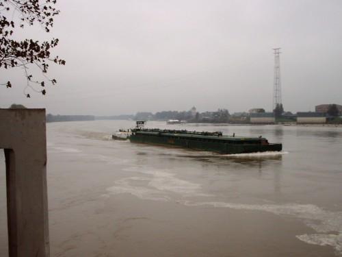 Una nave da carico sul Po in piena_ sullo sfondo, Boretto