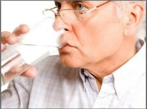 anziano che beve