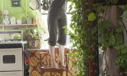 una signora che vive con 500 piante nel suo appartamento a Brooklyn
